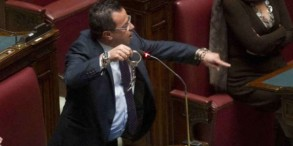 Gianluca.Buonanno.Lega_.Nord_.mostra.manette.in_.Aula_-600x300